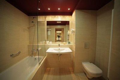 Cuarto de baño elegante en el Hotel Castle Garden en Budapest